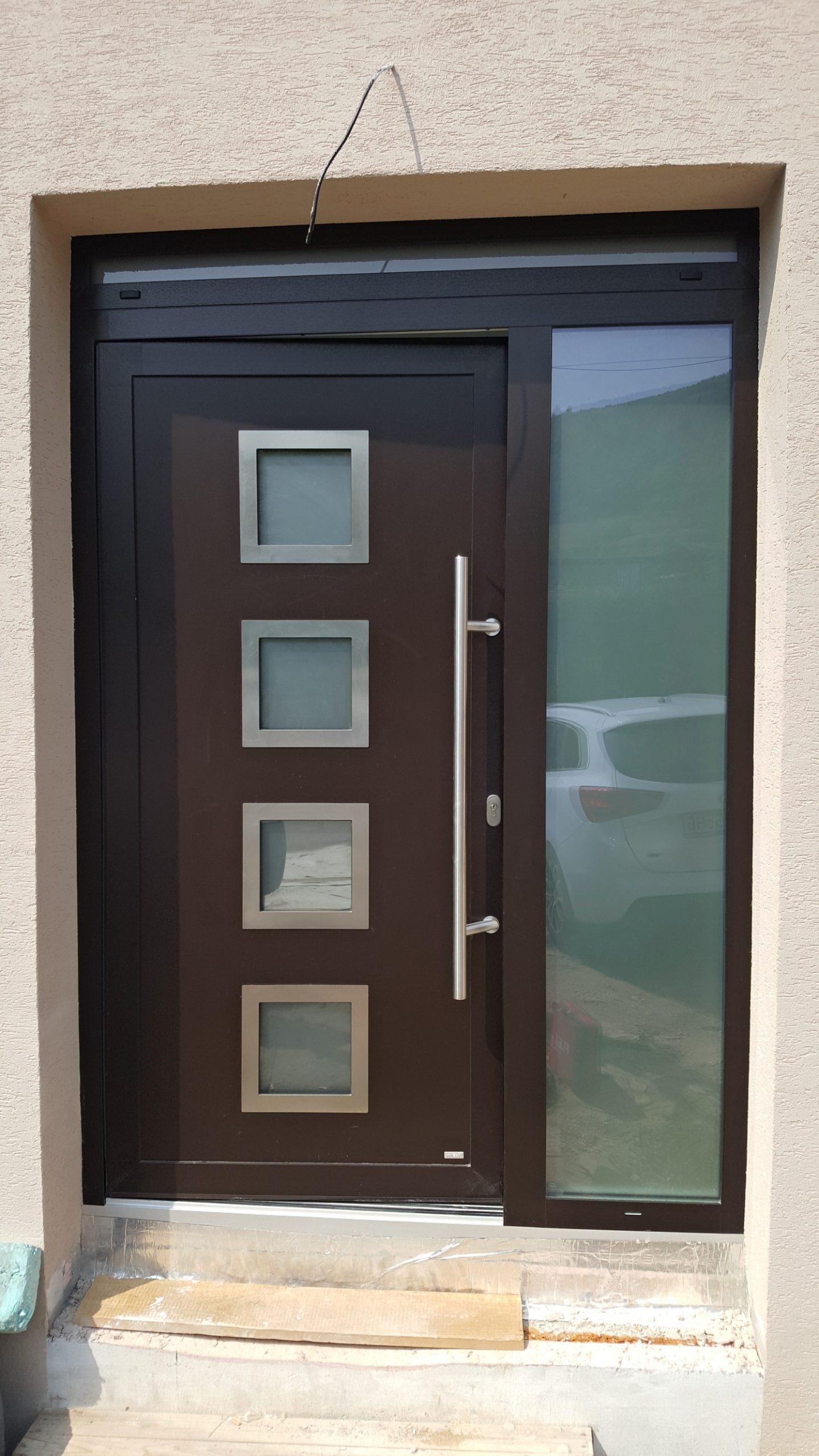 Hliníkové vchodové dvere s dvernou výplňou a madlom Nová Baňa