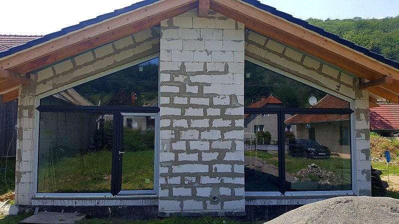 Montáž okien a dverí do novostavby v Bzenici